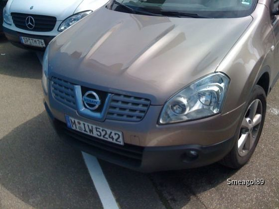 Nissan Quasqai mit Schaden vor dem Sinsheimer Technikmuseum