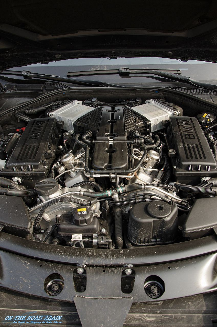 Motorraum BMW 760i ohne Abdeckung